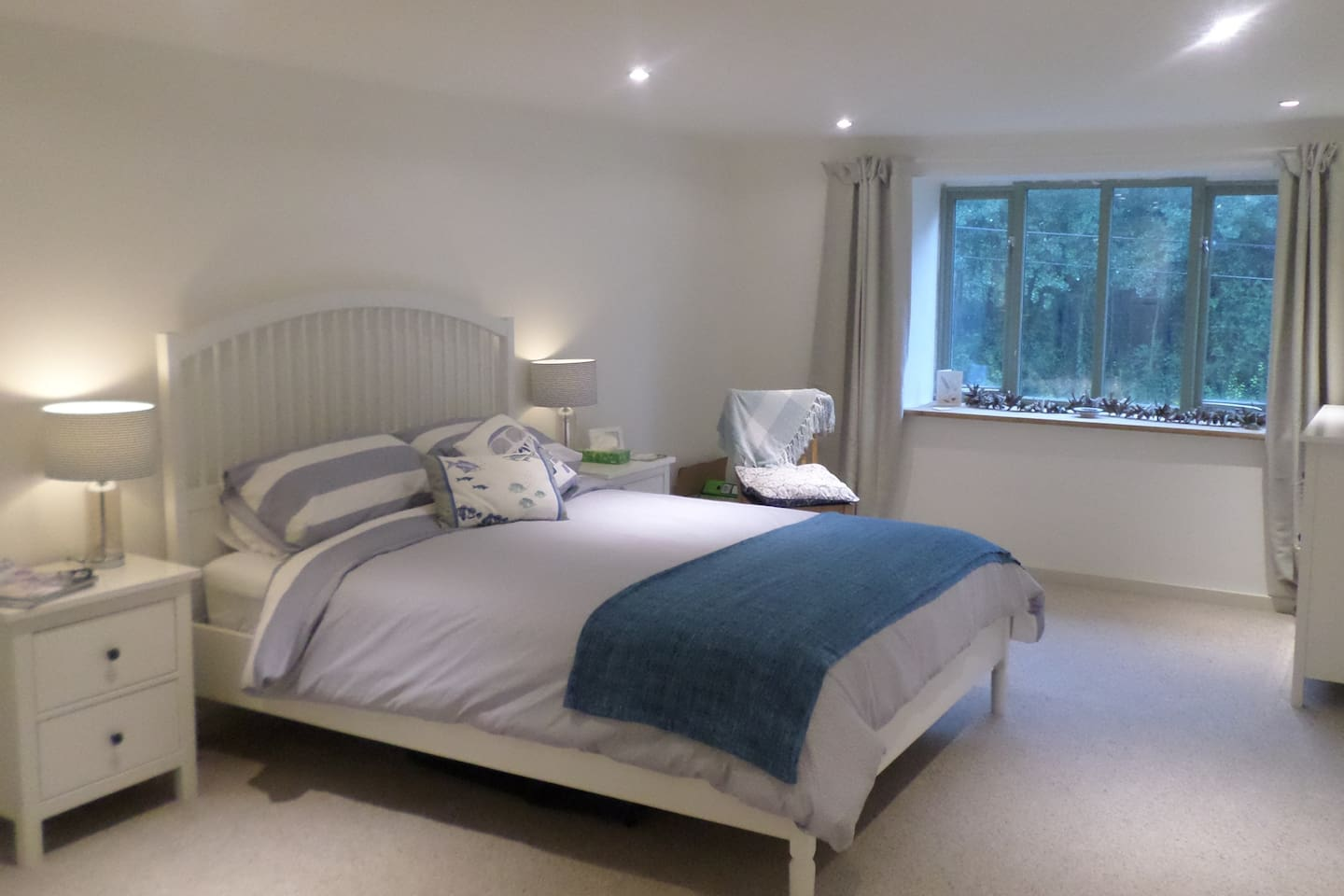 Kingsize bed in large spacious room with lovely rural views, spare double mattress also available