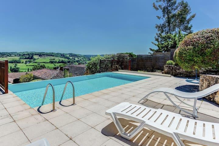 Espaciosa casa de vacaciones en Belvès con piscina