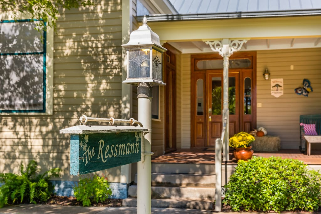 The Ressmann Haus is conveniently located in the heart of downtown Fredericksburg, close to MarktPlatz (Festivals), galleries, restaurants, biergartens and shops.