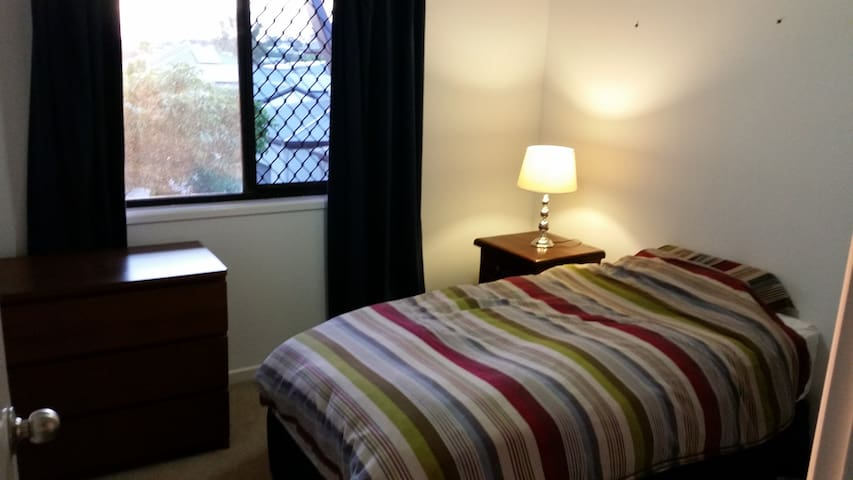Comfortable Room with easy Access to CBD and Shops - Carina Heights - Townhouse