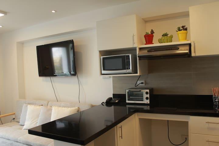 Equipado con TV, cable, wifi, telefono fijo, microondas, cafetera, horno electrico, plancha, secadora de pelo.