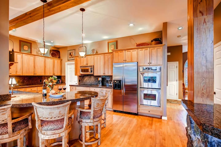 Enjoy Excellent Views and Great Amenities - Just a Short Drive to Town! - Wild Bill's Retreat