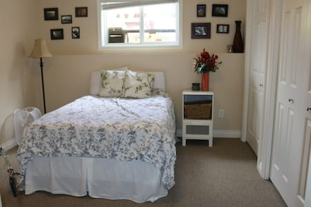 Sunny Room with double bed and fireplace - Lethbridge