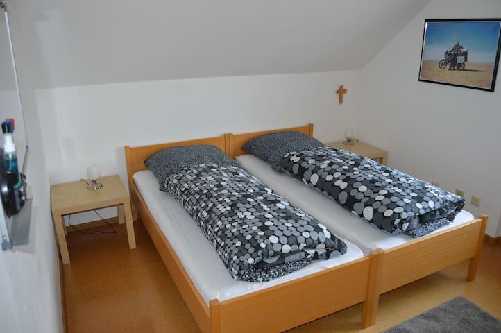 Doppelzimmer in Doppelhaushälfte mit Garten