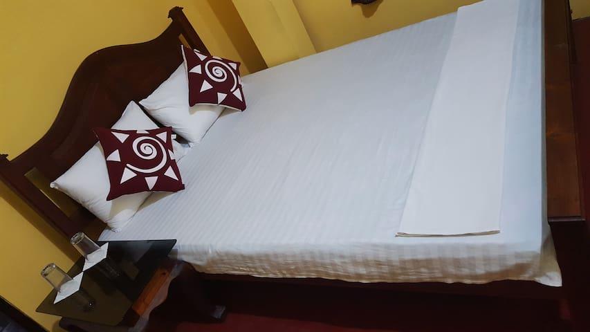 Beach room with AC, Happy Beach Inn - Negombo - Hus