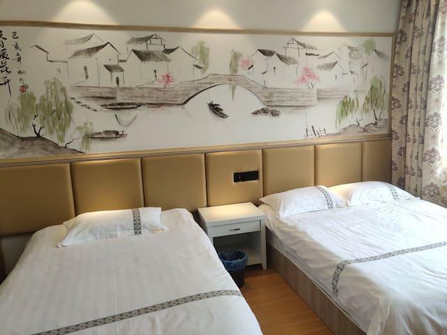 家庭亲子房门朝南,可以住3人,床是1.5宽,2米长一床,1.3宽2米长一床共2床,可以住三人。