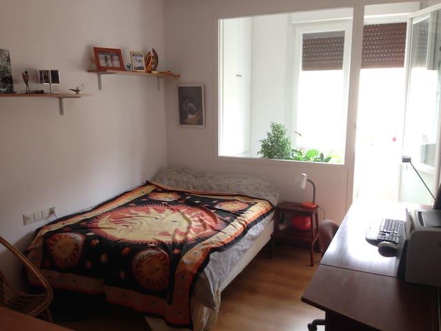 Habitación a medio minuto de la playa zurriola - Donostia - Appartement