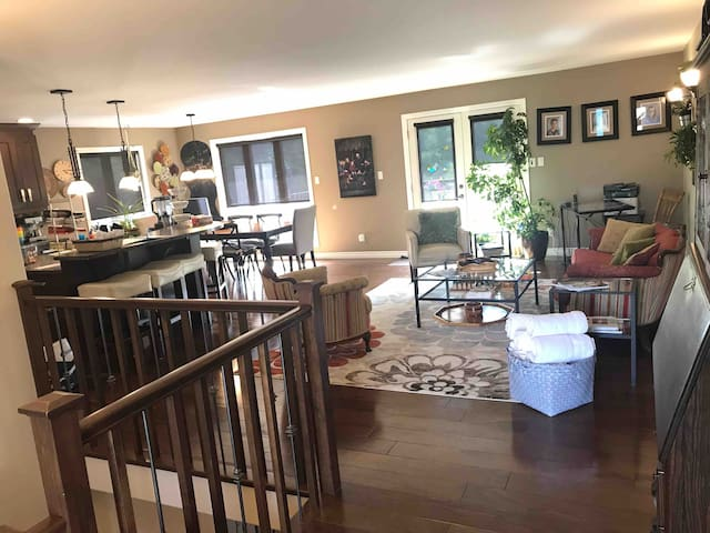 Deluxe Bungalow near Colleges , Golf, & Airport