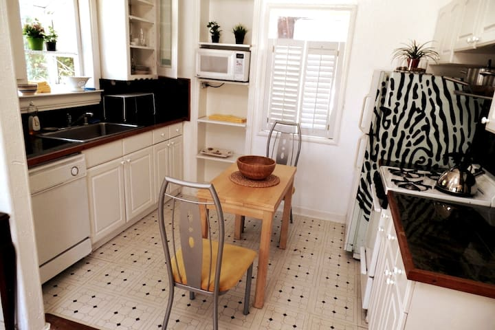 Well-equipped eat-in kitchen