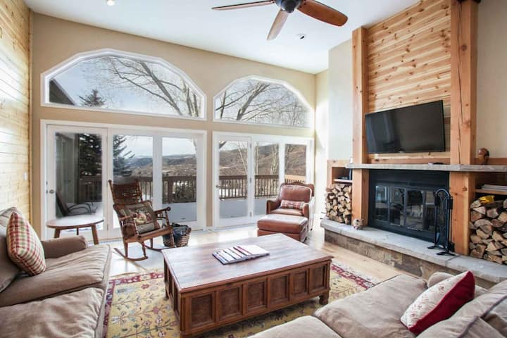Convenient to Vail & Beaver Creek, Expansive Deck with Mountain Views, Eagle Vail Golf Neighborhood!