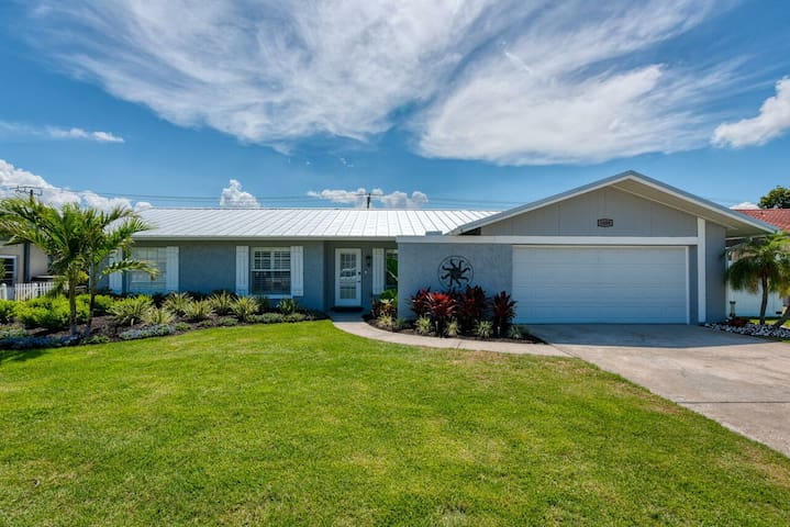 Immaculate completely renovated pool home minutes from Anna Maria Island!