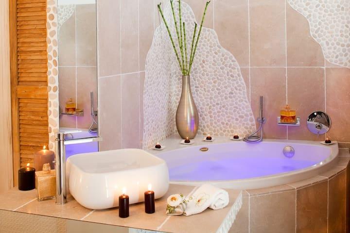 Aix chambre romantique, jacuzzi, lieux magique..