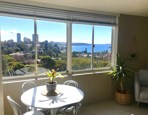 Apartment with water views-easy access to the city