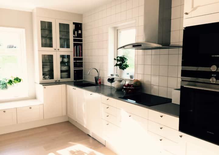 Rymligt nybyggt hus nära Stockholm i skärgården