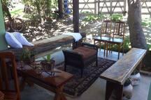 Casa toda rodeada de varanda com diferentes ambientes