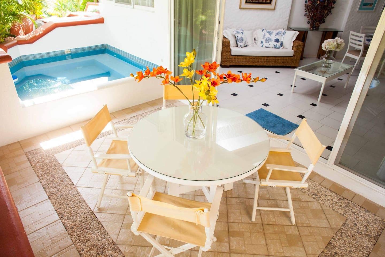 Amplia terraza con Jacuzzi privado (agua a temperatura ambiente) y mesa para disfrutar de tus vacaciones