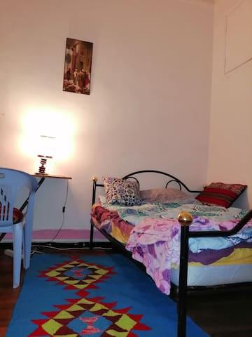 Chambre meublé avec balcon au centre TUNIS.