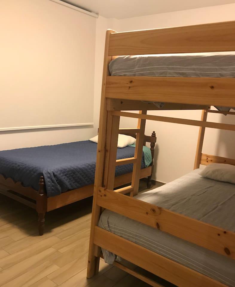 Dormitorio 2. Con 3 camas.  Bedroom 2. 3 beds.