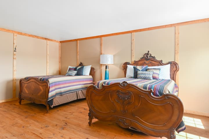 Room #5 - 2 Queen Beds - Coyote Station Lodging