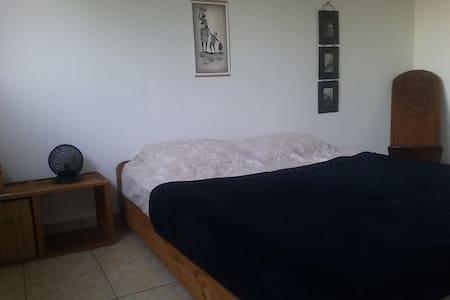 Chambre avec salle de bain et wc privatif - Saint-Leu - Ház