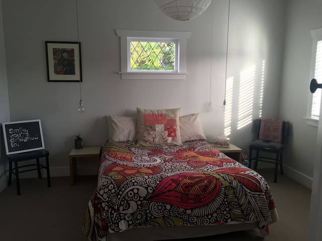 Spacious room in sunny bungalow - Auckland - Haus