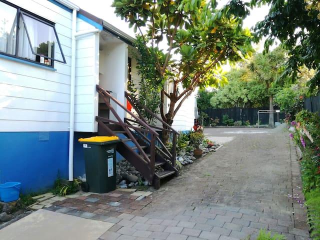 Sunny garden house - Auckland - Villa