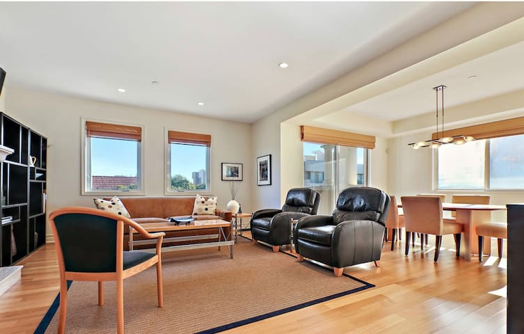 2BR+2BA Penthouse in trendy Beverly Hills & WeHo!