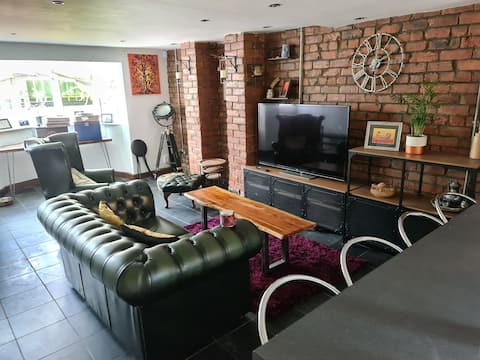 Lovely 1-bed flat with Hot Tub - Just outside City Centre