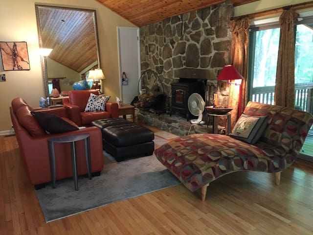 Green Gables, cabin retreat in the woods w/sauna! - Berkeley Springs - Hus