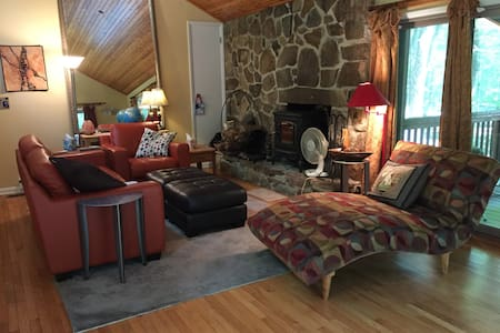 Green Gables, cabin retreat in the woods w/sauna! - Berkeley Springs - House