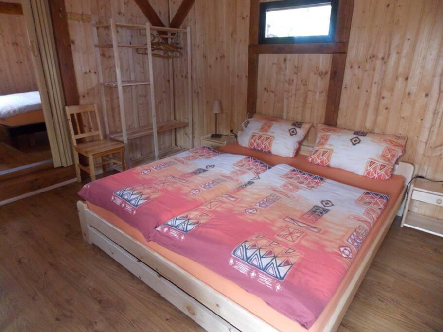 Grand lit avec matelas 180 x 200 cm.