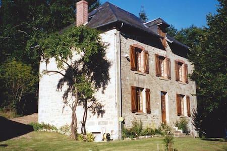 VIELLE FERME LIMOUSINE PRES DU LAC DE VASSIVIERES - Haus