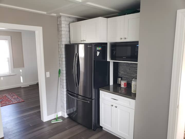 Modern 1 Bedroom with large kitchen