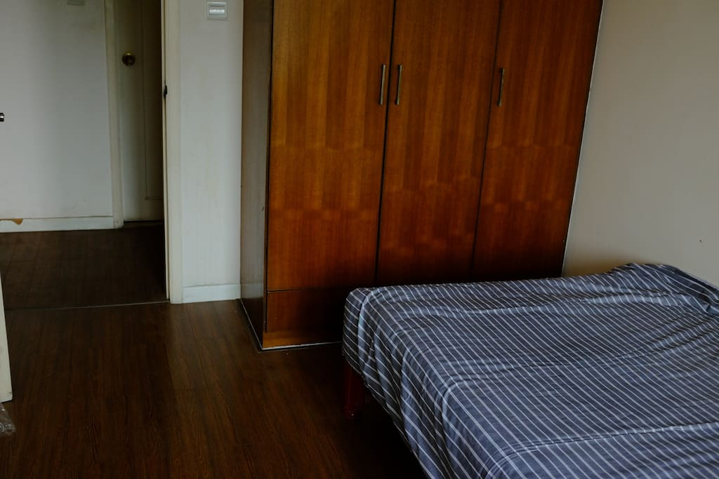 独立的大衣柜,门外面是洗浴室