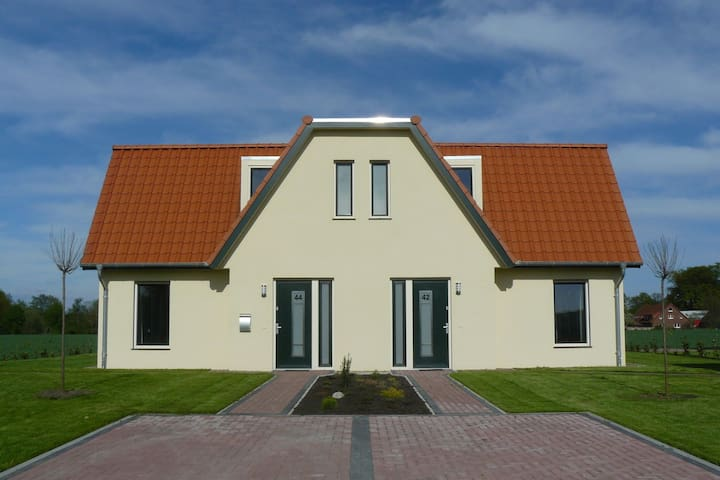 Modern 4* Holiday home for five people, in a very varied area.