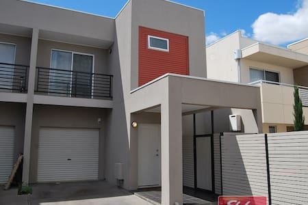 Double bed central of Mawson Lakes - Huoneisto