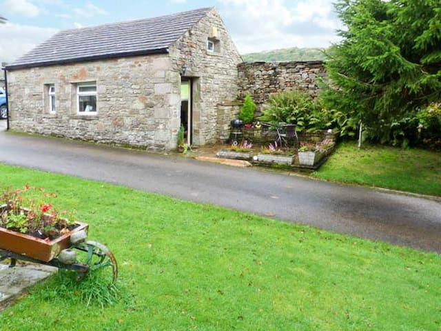 THE BULL HULL, pet friendly, with a garden in Hutton Roof, Ref 20133