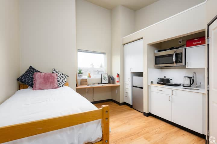 Sparkling Clean Studio, Close to Everything in UW