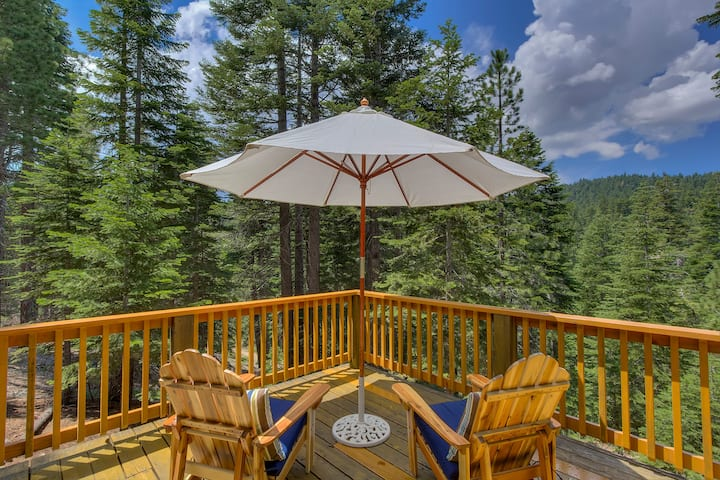 Mountain Views from large deck! Walking distance to Tahoe City, Truckee River