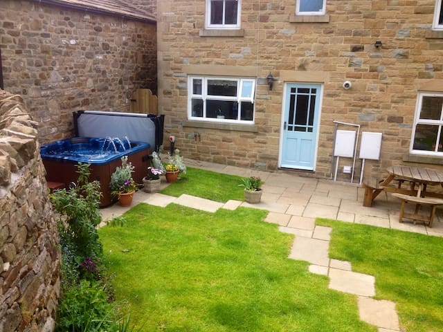 Cottage with Hot Tub in Yorkshire Dales