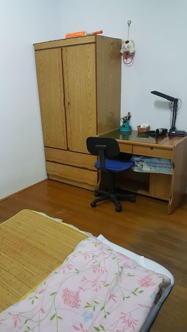 2樓房間有衣櫃,書桌,檯燈,吹風機 The room in First floor have the wardrobe, desk and hairdryer.