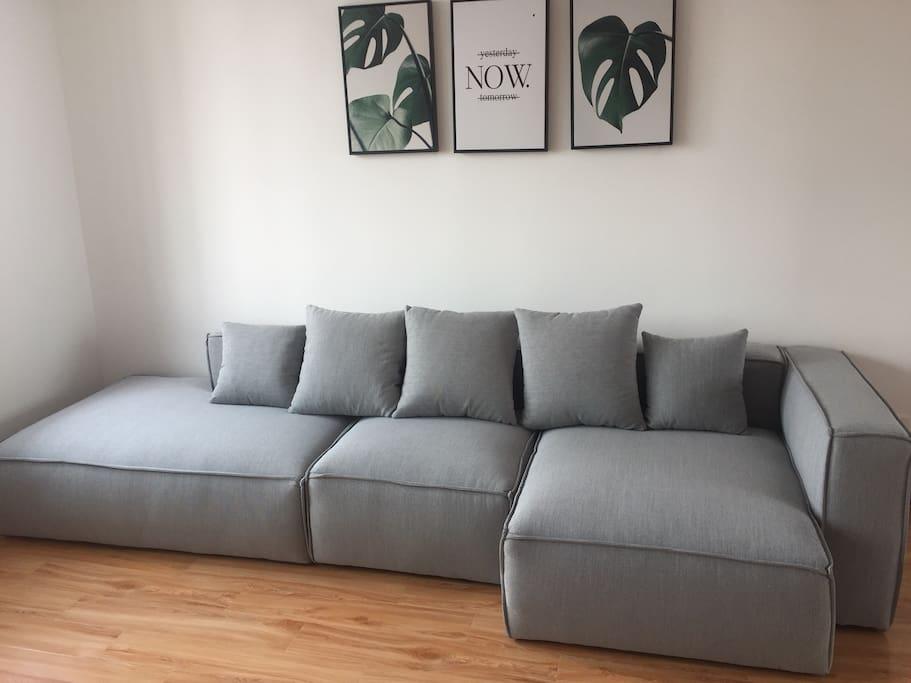 小清新 简约式的客厅,乳胶沙发躺在里面会把你托起来,真的超级舒服!