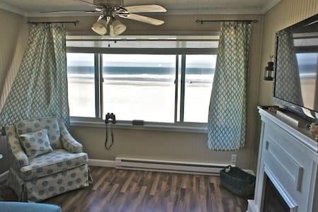 'Sunset Delight' - Remodeled Beachfront Condo! - Lincoln City