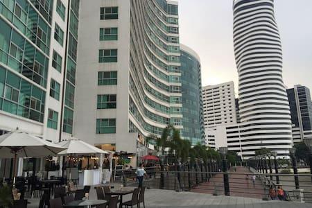 Suite moderna en Puerto Santa Ana. - Guayaquil
