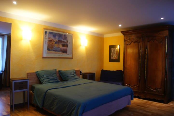 Le lit king size (180x200) de la suite du rez-de-chaussée. Elle est labellisée pour les 4 handicaps.