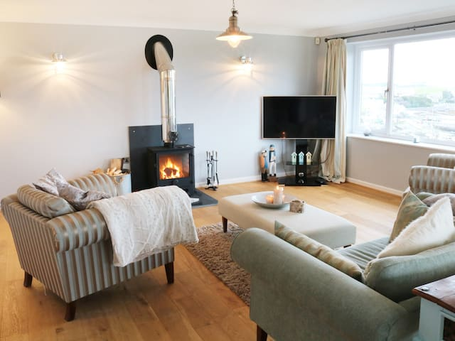 CABLE HOUSE, pet friendly, with open fire in Cemaes Bay, Ref 991936