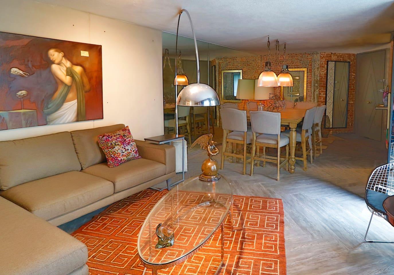 Sala estilo ecléctico con colección de arte  // Living room with eclectic style with art collection.