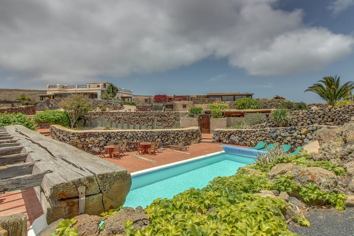 Gorgeous, dog-friendly house with mountain views, shared pool & gym