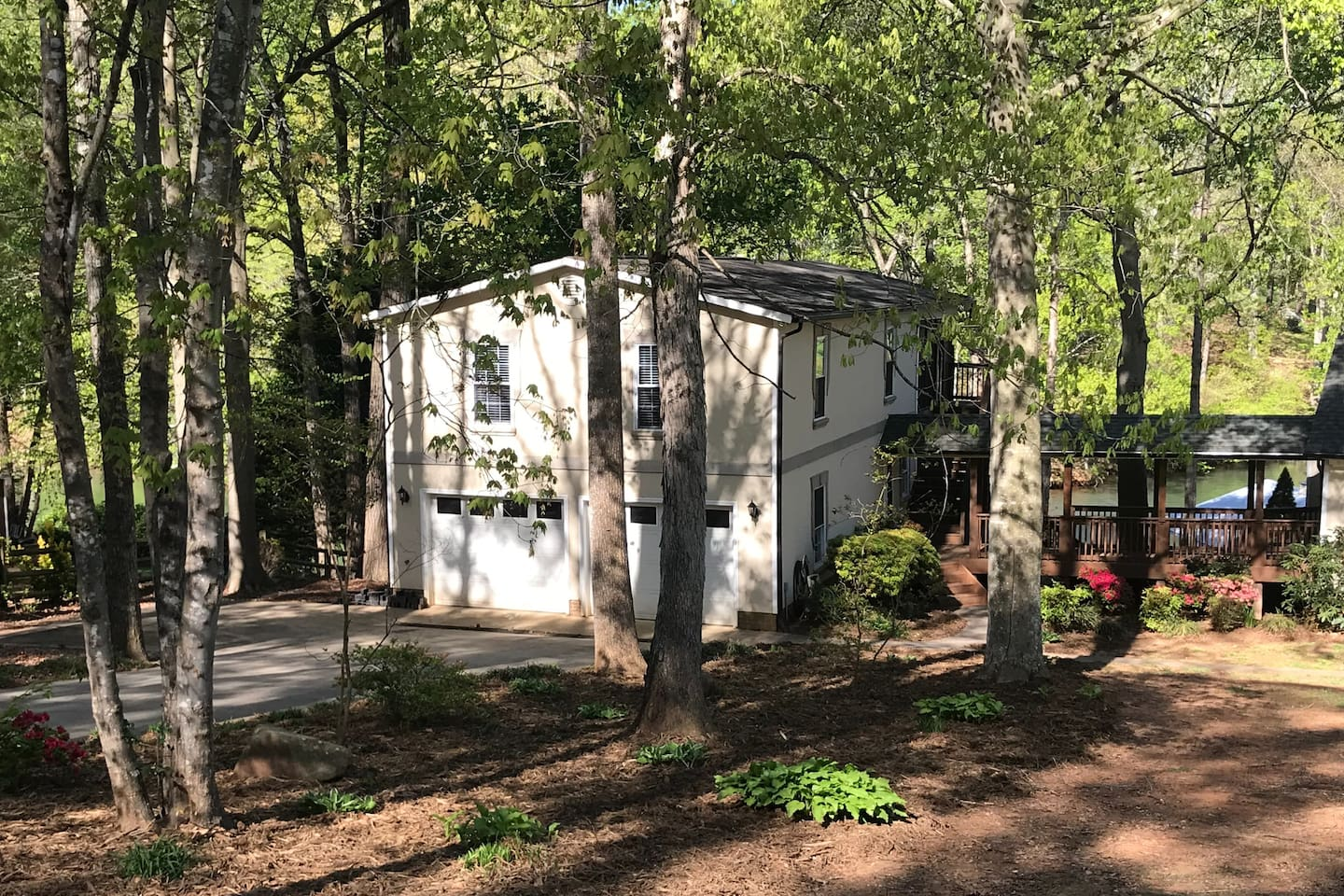 Large one-bedroom waterfront guest house overlooking beautiful Lake Norman