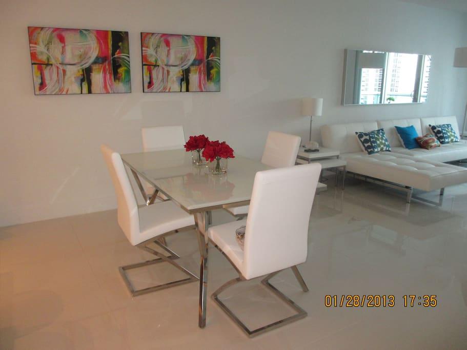 Mesa junto a la cocina